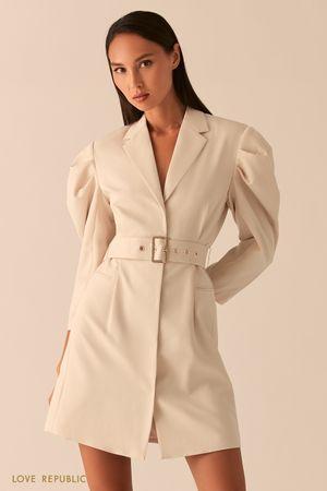 Платье-пиджак с объемными рукавами и поясом на талии кремового цвета