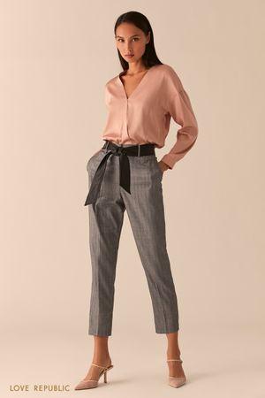Серые брюки с контрастным поясом из экокожи фото