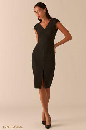 Черное платье-футляр с треугольным вырезом и разрезом фото
