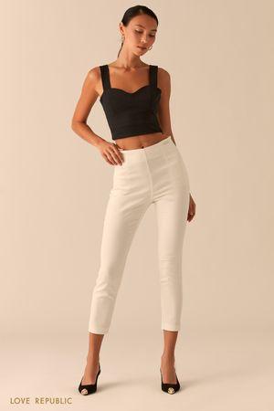 Укороченные белые брюки скинни фото