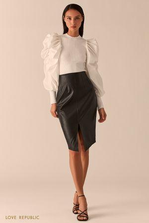 Черная юбка-карандаш из экокожи на кокетке с разрезом фото
