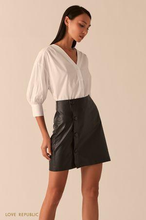 Черная мини юбка из экокожи с запахом на пуговицах фото