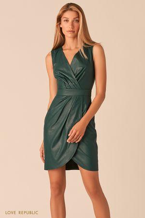 Платье из экокожи с драпировками изумрудного цвета фото
