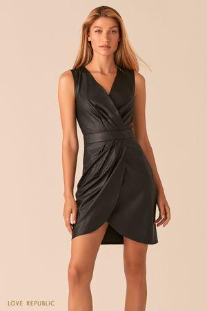 Черное платье из экокожи с драпировками