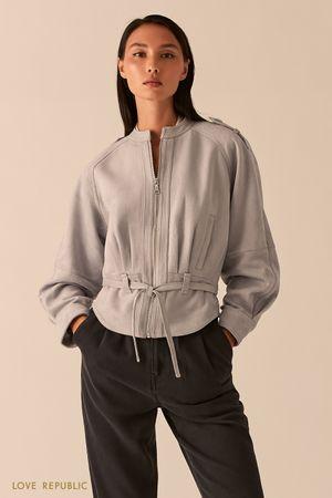 Серая объемная куртка из экозамши с поясом фото