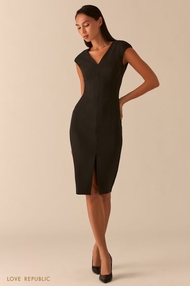 Черное платье-футляр с треугольным вырезом и разрезом 0358224522