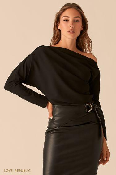 Эффектная блузка с открытым плечом и драпировками 0358230312