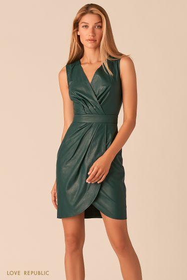 Платье из экокожи с драпировками изумрудного цвета 0358290551