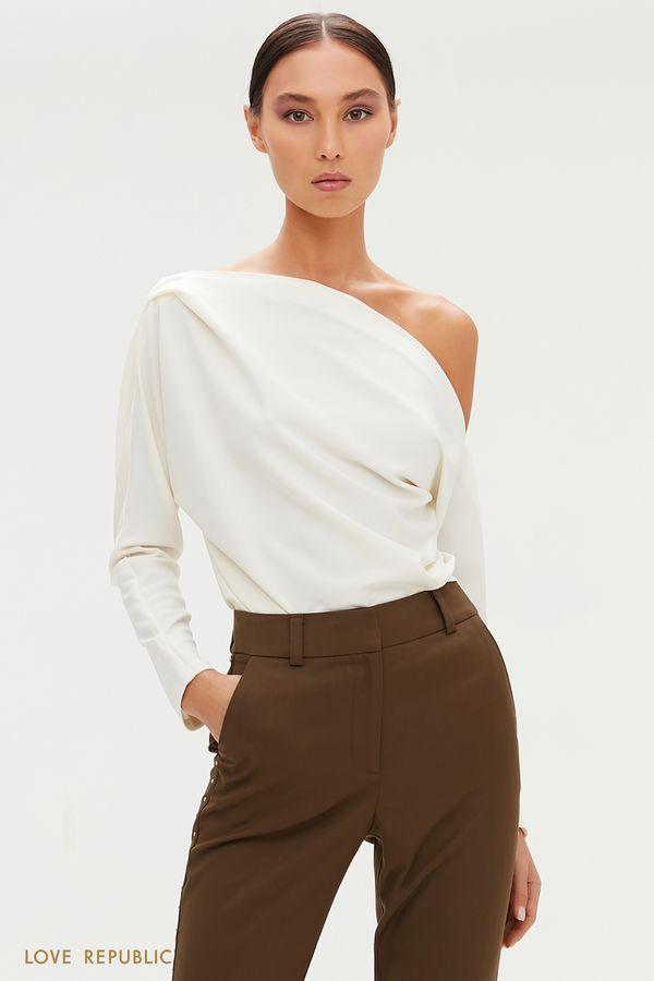 Эффектная блузка с открытым плечом и драпировками 0358230312-1