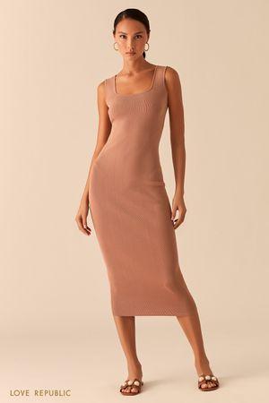 Бежевое трикотажное платье миди из ткани в рубчик фото