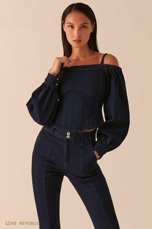 Джинсовая блузка с открытыми плечами и объемными рукавами фото