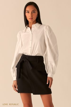 Белая блузка с объемными рукавами, декорированными кружевом фото