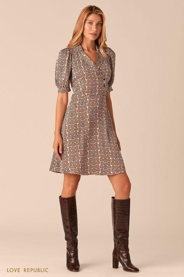 Приталенное платье с бежевым геометричным принтом 0359050567-65