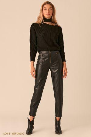 Черные брюки из экокожи с акцентными молниями фото