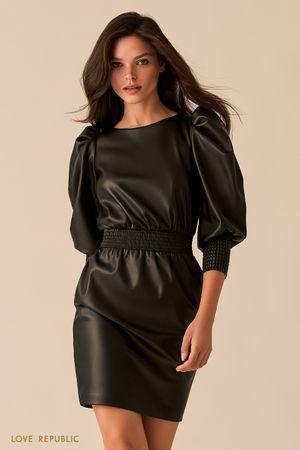Короткое черное платье из экокожи с рукавами-фонариками фото