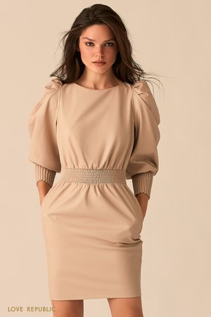 Короткое кремовое платье из экокожи с рукавами-фонариками фото