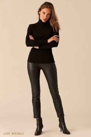 Черные зауженные брюки из экокожи с высокой талией фото