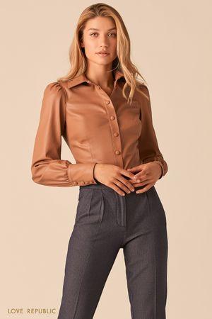Бежевая приталенная блузка из экокожи с объемными рукавами фото