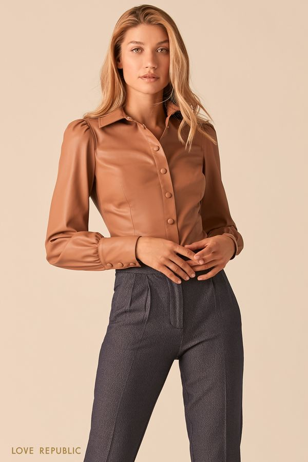 Черная приталенная блузка из экокожи с объемными рукавами 0359206348-50