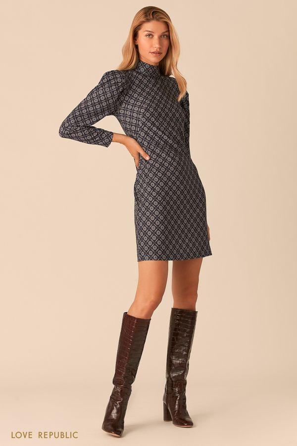 Прямое платье с воротником-стойкой с паттерном в шоколадных тонах 0359238580-34