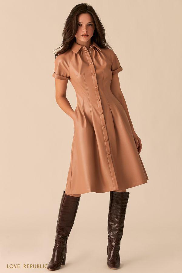 Приталенное платье-рубашка из экокожи бежевого цвета 0359250571-62