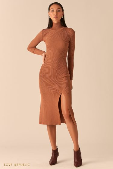 Трикотажное платье в рубчик с разрезом бежевого цвета 0359310562