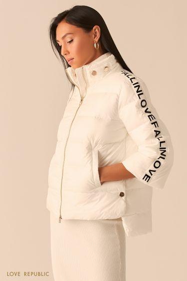 Белый пуховик с укороченными рукавами с принтом 0359519118