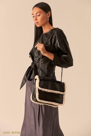 Черная сумка на цепочке с мехом