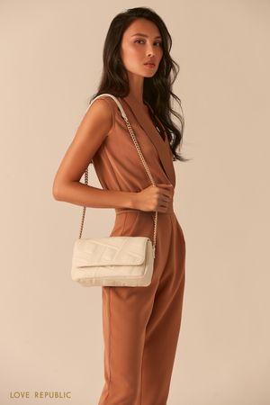 Фактурная белая сумка-багет на цепочке фото