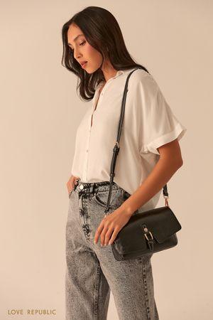 Черная сумка из экокожи с фигурным клапаном фото
