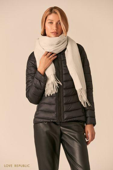 Широкий серый шарф с плетеной бахромой 044915004