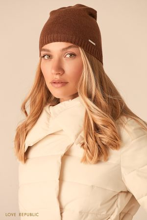 Шапка-бини гладкой вязки коричневого цвета фото