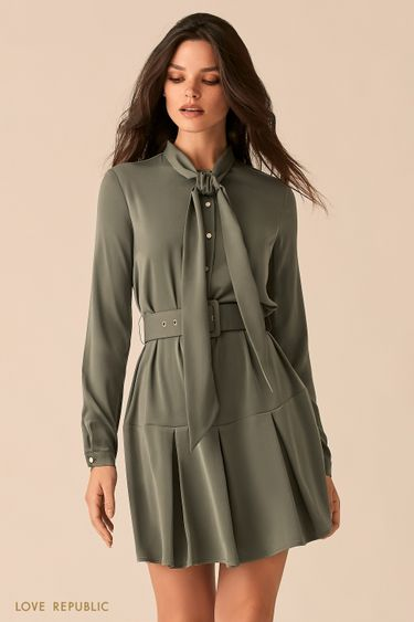 Приталенное платье оттенка хаки с юбкой в складку и галстуком 0450006503