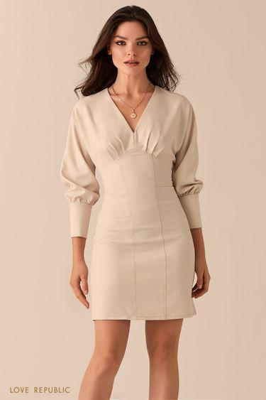 Приталенное платье с акцентным лифом кремового цвета 0450210523