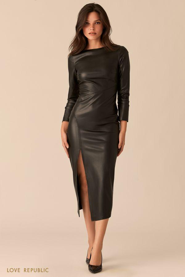 Облегающее платье из экокожи с эффектным разрезом 0450218539-50
