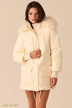 Удлиненная куртка молочного цвета с меховым капюшоном