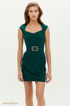 Короткое платье с фигурным вырезом и поясом на талии
