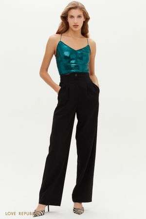 Черные широкие брюки с защипами акцентной застежкой