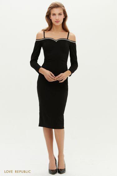 Черное платье-футляр с открытыми плечами и отделкой стразами 0452211595