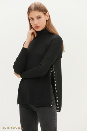 Чёрный свитер со спущенным плечом и акцентными разрезами