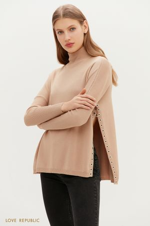 Бежевый свитер со спущенным плечом и акцентными разрезами