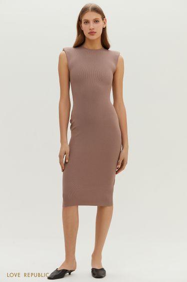 Трикотажное платье миди с акцентными плечами 11513670582