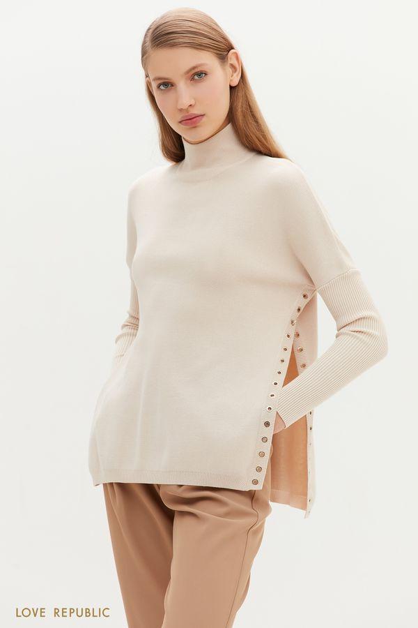 Бежевый свитер со спущенным плечом и акцентными разрезами 1151377819-62