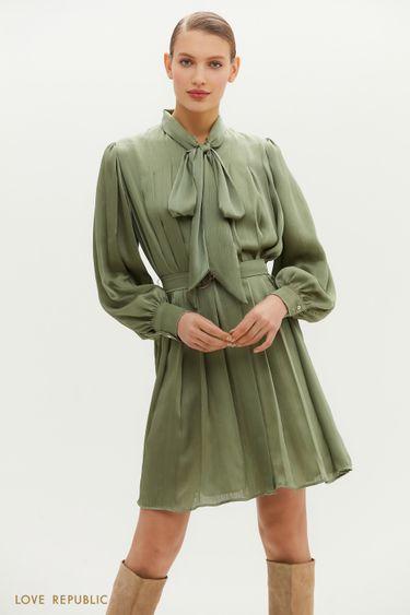 Плиссированное платье-миди с декоративной лентой на шее 1152012537