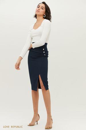 Тёмно-синяя юбка-футляр с небольшим вырезом на бедре