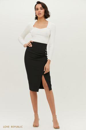 Чёрная юбка-футляр с небольшим вырезом на бедре