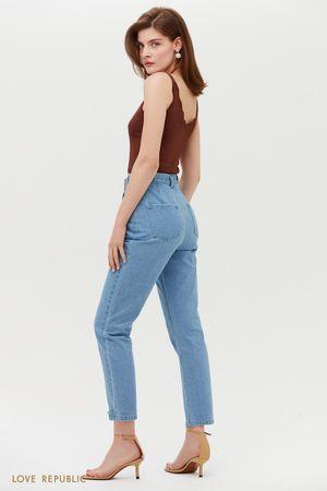 Голубые джинсы с завышенной талией и декоративными элементами