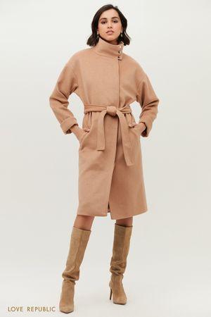 Бежевое пальто с высоким воротником и спущенным плечом