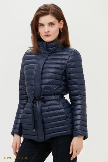 Легкая стеганая куртка с акцентом на талии 1152527113