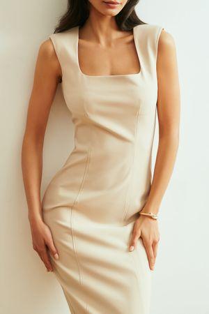 Бежевое платье-футляр с открытыми плечами